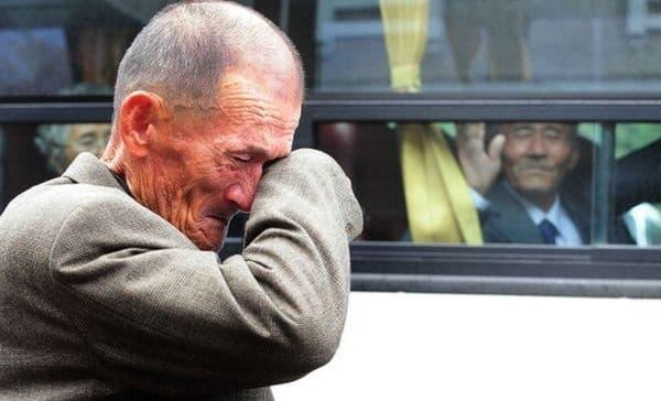 Сълзи от емоционална среща между двама корейски братя, които са се видели за първи път, след като са били разделени 60 години.