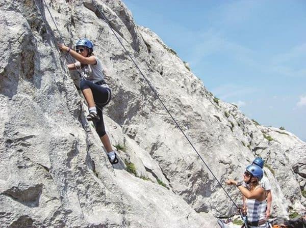 Отделно от програмата за обучение, учениците се разхождат с лодки, разглеждат околностите и се катерят по скали.