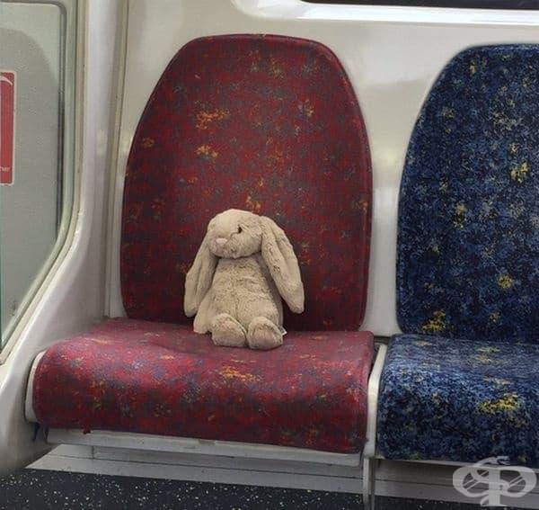 Дете забравя зайчето си в метрото.