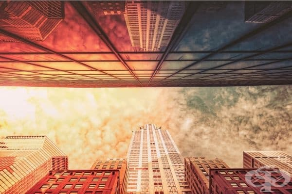 Прозорец в небето или небе, отразяващо скрити прозорци. Крайслер Билдинг, Ню Йорк.