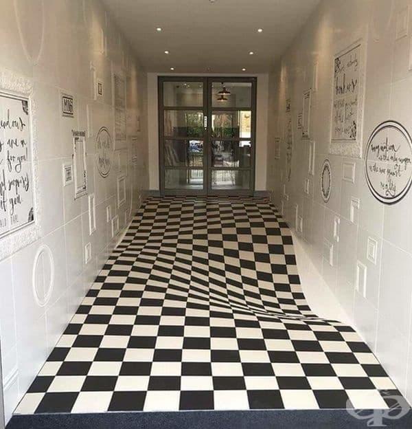 Подът е идеално равен. Тази илюзия е създадена, за да не бягат децата по коридора.