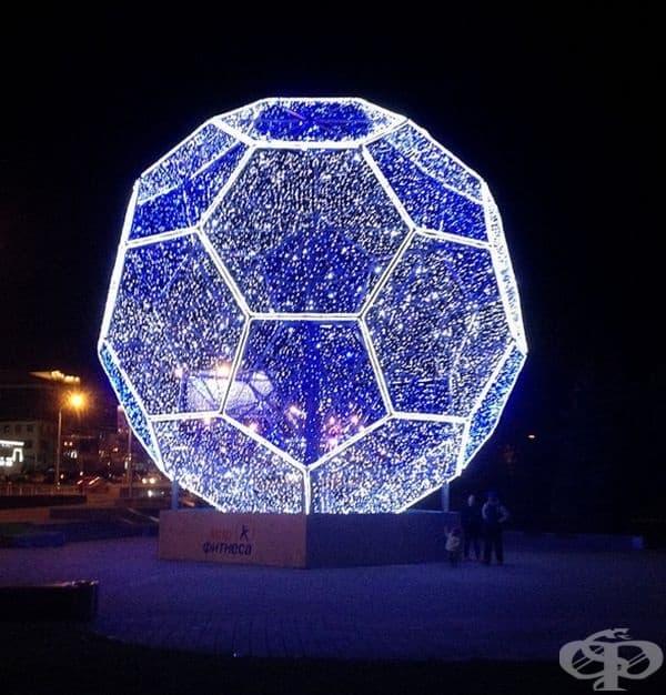 Огромна футболна топка.