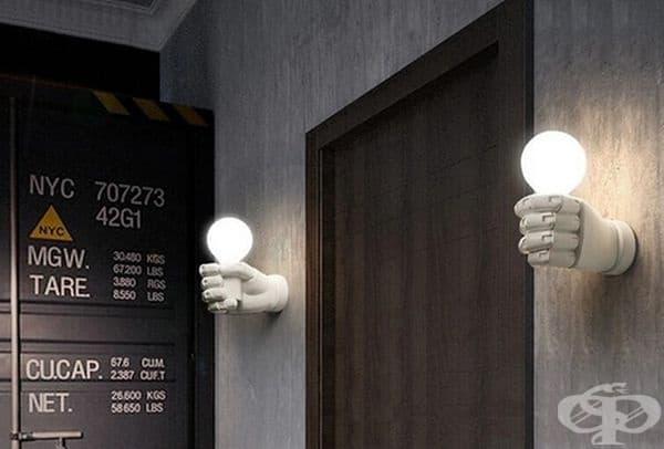 Оригинални лампи във формата на ръце, държащи крушки.