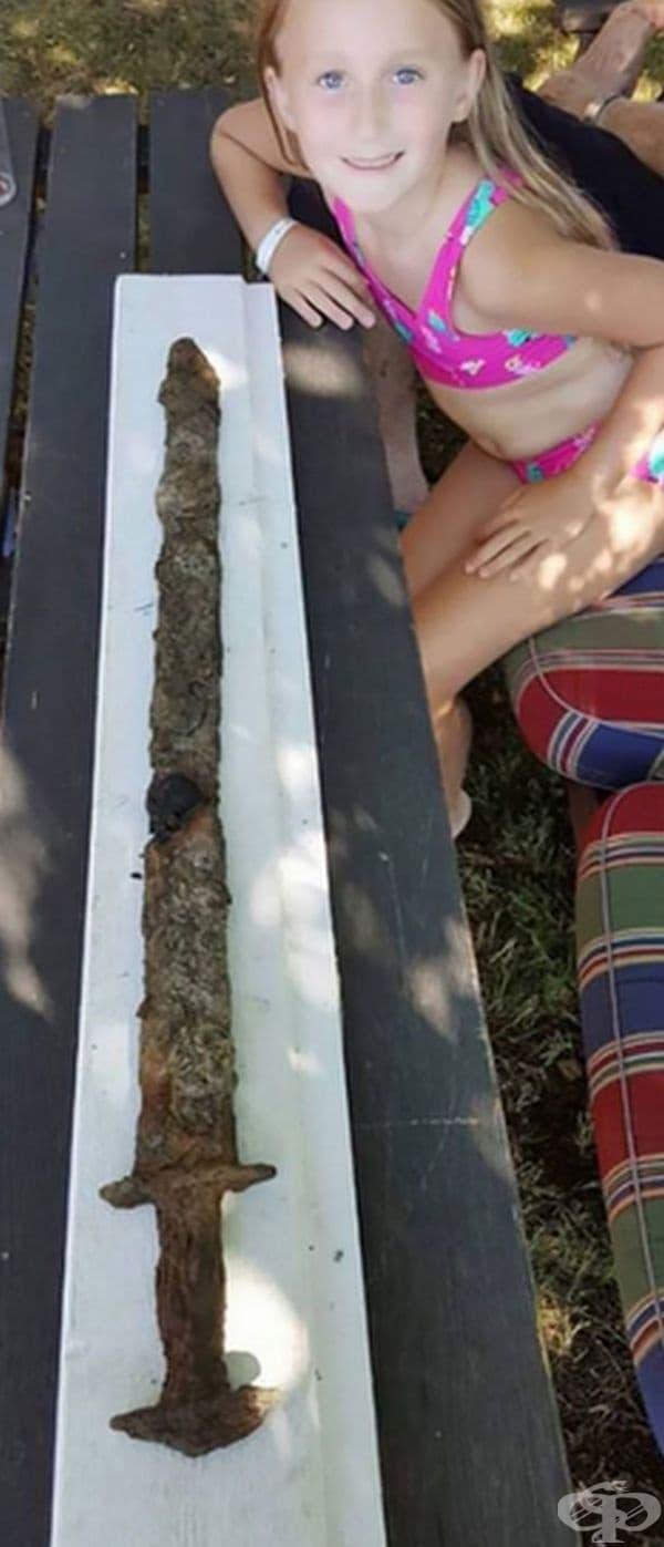 Това момиче откри меч от желязната епоха във водите на езеро Vidоsten. Предполага се, че е на повече от 1 500 г.
