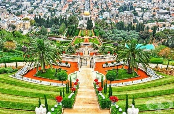 Изумруденозелените площи на градините Бахаи в Хайфа, Израел, са безупречно поддържани.