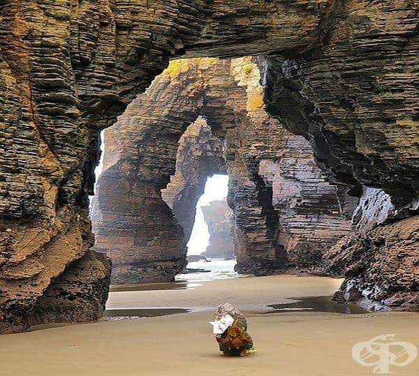 Плажът на катедралите, Рибадео, Испания. Впечатляващите арки на катедрали са резултат от разбиващите се в скалите води в продължение на хиляди години.