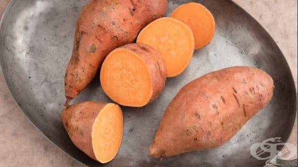 Оранжевият цвят на сладкият картоф се дължи на бета-каротин, който се превръща във витамин А. Витамин А помага за възстановяване на еластичността на кожата, насърчава обмена на кожни клетки.