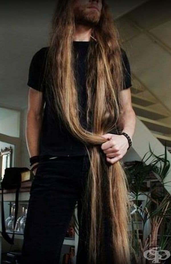 Блогърът споделя, че най-трудната част е изсушаването на косата след баня. Той не използва сешоар, за да не й навреди.