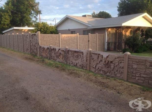 """""""Зимата съседите поставиха пластмасова ограда, имитираща камъни. Сега тя бавно се свлича от жегите""""."""
