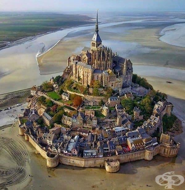 Имате усещане, че това е огромен замък на пясъка.