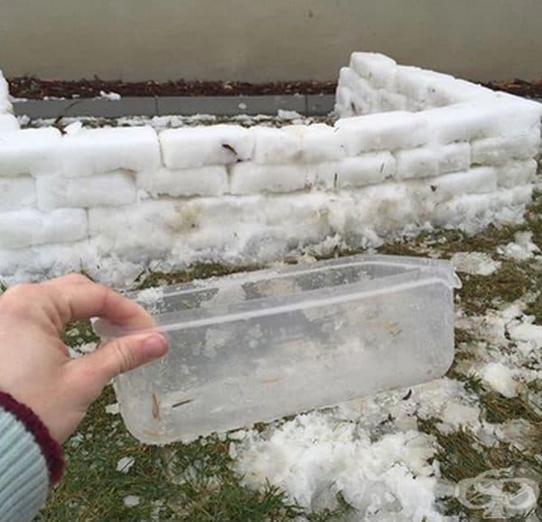 С помощта на правоъгълна пластмасова кутия може да си направите крепост от ледени блокове. Момченцата се впечатляват от това.
