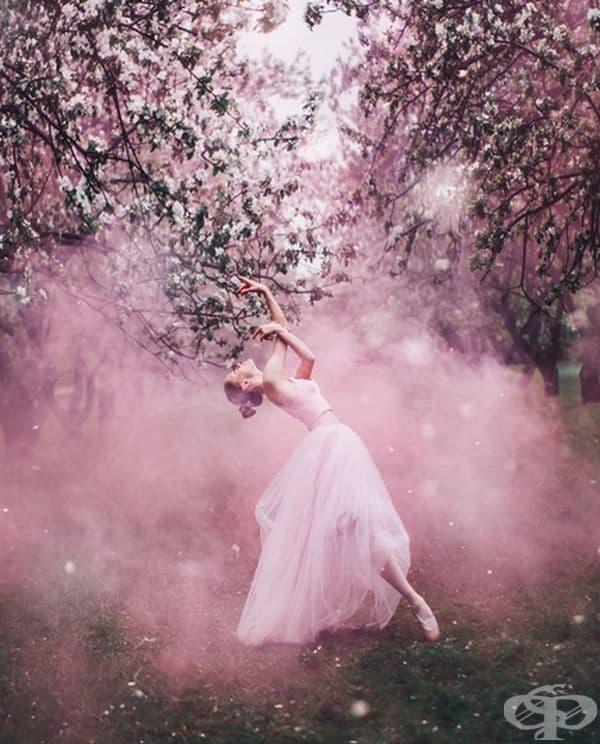 Фотограф прави уникални кадри на жени с ефирни рокли на фона красиви места