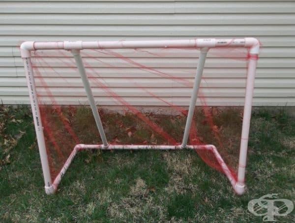 ПВЦ тръби и мрежа - това е всичко, което ви трябва, за да направите футболна врата за децата.