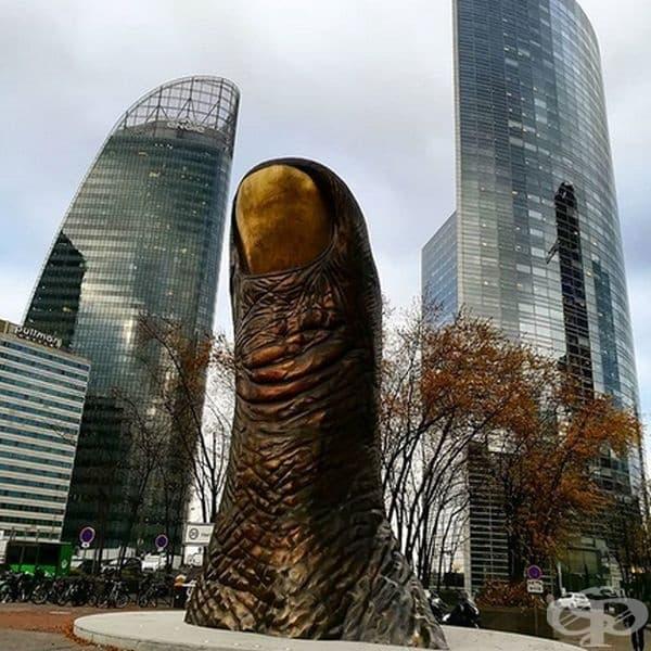 """""""Le Pouce"""" е супер реалистична скулптура на гигантски палец, излизащ от подземието от C?sar Baldaccini. Инсталацията се намира в Париж, Франция и е с височина от 12 метра и тежи повече от 18 тона."""