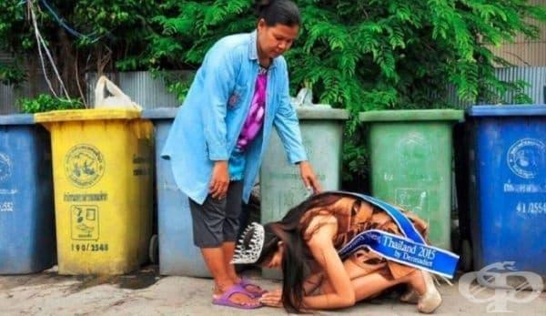 """""""Мис Тайланд 2015""""  коленичи пред майка си, която работи във фирма за събиране на отпадъци в продължение на години, за да може дъщеря й да има по-добър живот."""