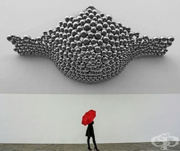 Жена, наблюдаваща произведение на изкуството.