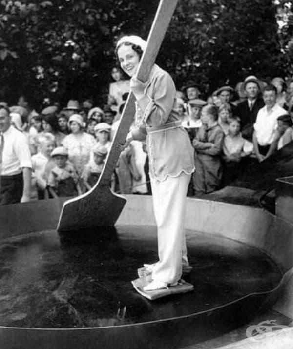 Пързаляне върху огромен тиган по време на приготвяне на омлет от 7 000 яйца. За кънки са използвани парчета мазнини, САЩ, 1931 г.