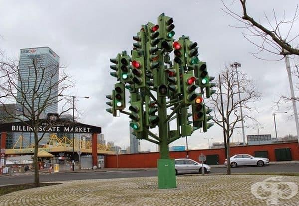 """""""Дърво светофар"""", Лондон, Англия. Дървото на светофара може да се види точно на пътя Трафалгар, срещу пазара Billingsgate и често отвлича вниманието на водачите. Изработена е от френския скулптор Пиер Вивант."""