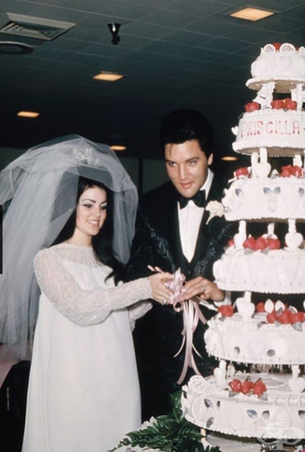 Присила Бюлиу Пресли, 1967г. Първата и последна съпруга на Елвис Пресли е дизайнер на собствената си рокля за сватбата, включваща шифон, мъниста и воали.