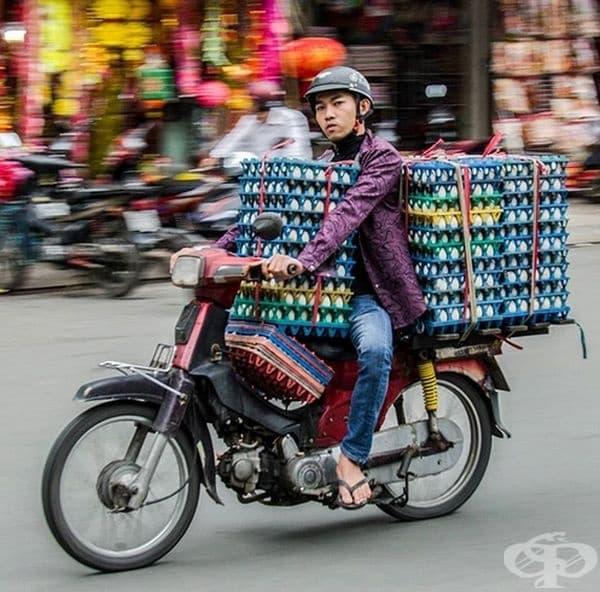 Яйцата са изключително крехки, но това не спира този човек да ги доставя със скутер.