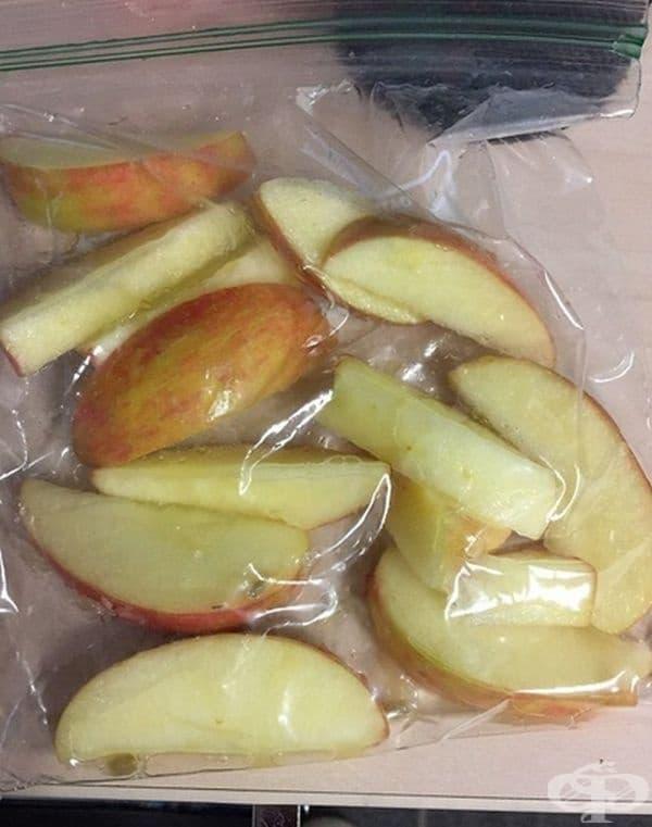 Обтрийте нарязаните парчета ябълка с лимон и поставете в плик. Така те ще запазят своя свеж вид дълго време.