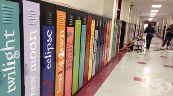 Училищни шкафове, декорирани като алея на книгите.
