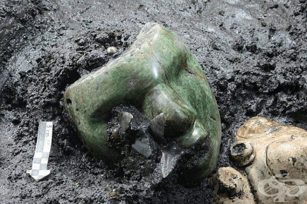 Зелена серпентинова маска, открита в основата на пирамида в Мексико. Маската е на около 2000 години.