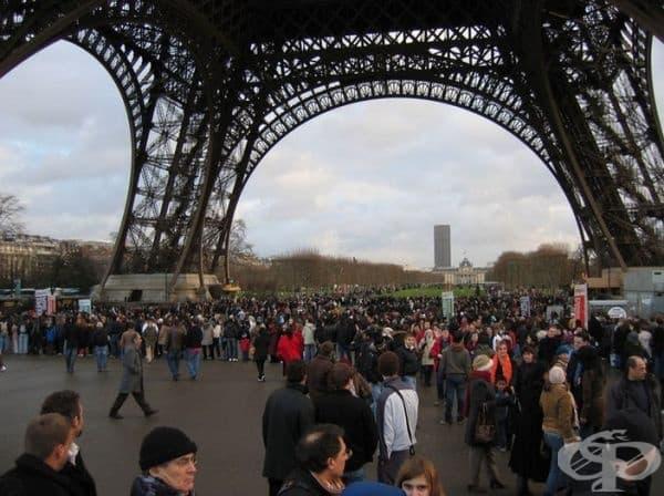 Айфеловата кула, Париж - около 25 000 души на ден се изкачват на кулата. Представете си тази опашка.