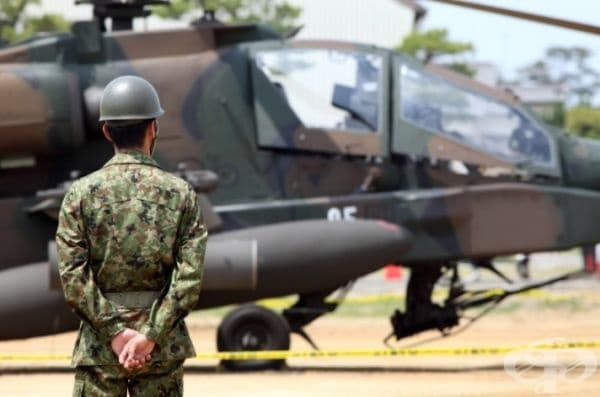 Член 9 от Конституцията на Япония гласи, че във връзка със стремежа към международен мир страната отказва да участва във войни, както и в поддържането на собствена сухопътна, морска и въздушна армия.