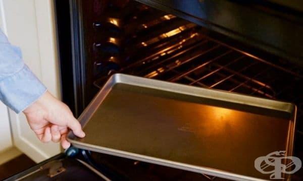 Как да запечете продукти без обръщане. Ако трябва да запечете зеленчуците от двете страни, просто предварително загрейте тавата, преди да поставите зеленчуците. В резултат на това ще се получат равномерно опечена гарнитура.