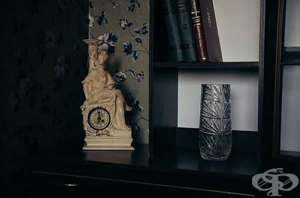 Стилен часовник, кристална ваза и разбира се книги.