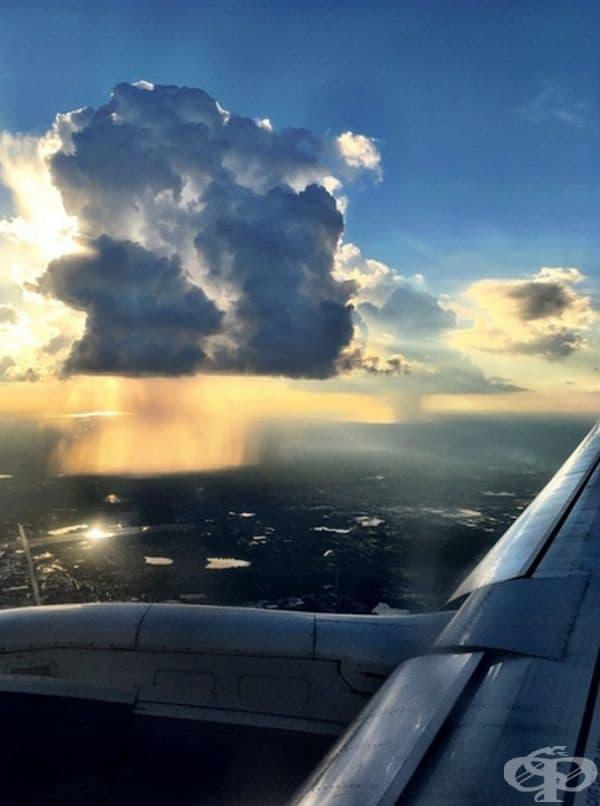 Така изглежда дъждът през прозореца на самолет.