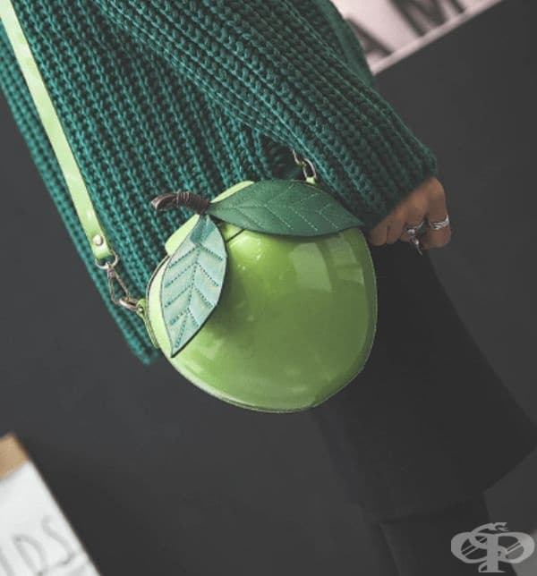 Зелена и лъскава ябълка.