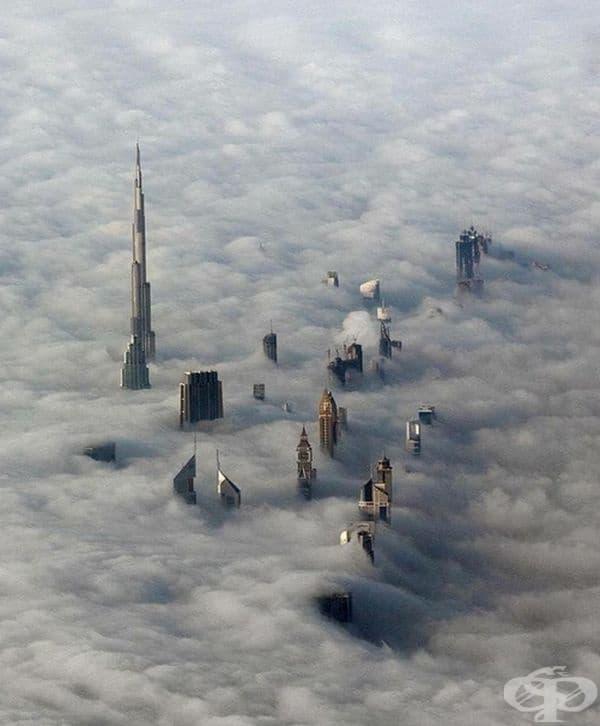 Небостъргачите в Дубай надничат над облаците.