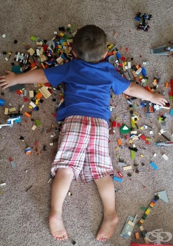 Той просто спи, но не си дава играчките!