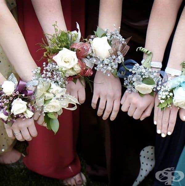 САЩ. Балът е много важна част от отбелязването на завършването в САЩ. Подготовката в избор на тоалет и кавалер/дама трае почти година. Отличителна черта е подаряването на гривна от свежи цветя в тон с роклята на момичето.