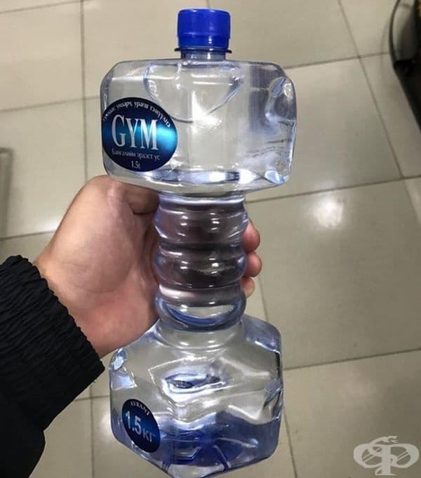 Бутилирана вода, оформена като дъмбел.