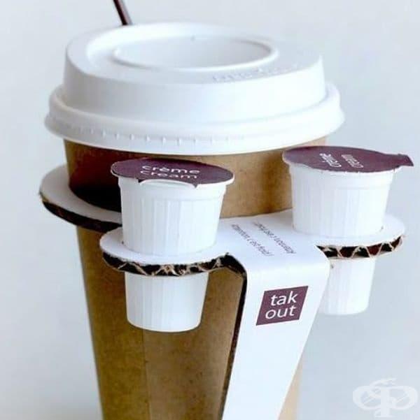 Поставка за чаша с кафе, включваща мини държатели за сметана и мляко.
