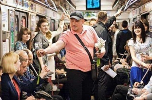 Този мъж дава цветя на всички жени в метрото.