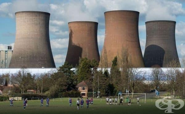 Електроцентрала и футболен мач на общ кадър.