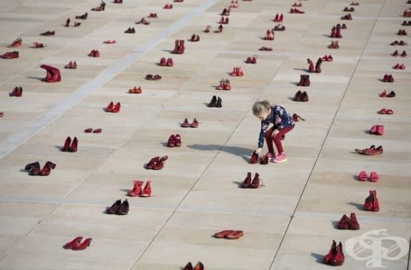 Стотиците червени обувки е израз на протест срещу насилието над жените в Израел.