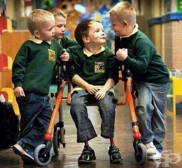 Момчето е загубило крайниците си поради менингит, но се чувства комфортно сред приятелите си в училище.