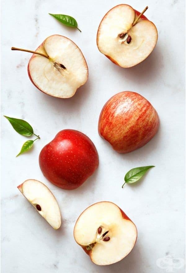 Ябълки. Според проучване, публикувано в Nutrition, добавянето на три ябълки към дневния ви хранителен режим може да доведе до загуба на тегло поради съдържащите се в тях влакна.