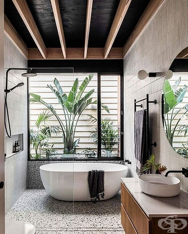 Тук има избор: хладен душ или топла вана.