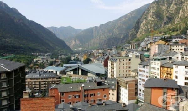 Адвокатите са забранени. В Княжество Андора адвокатите са забранени. Според законодателите юристите могат да изкарат черното – бяло и затова са забранени в съдилищата.