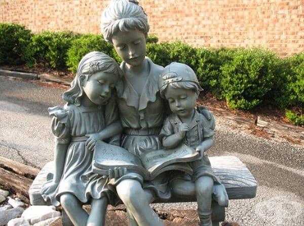 Млада майка чете приказка на своите деца, неизвестна дестинация.