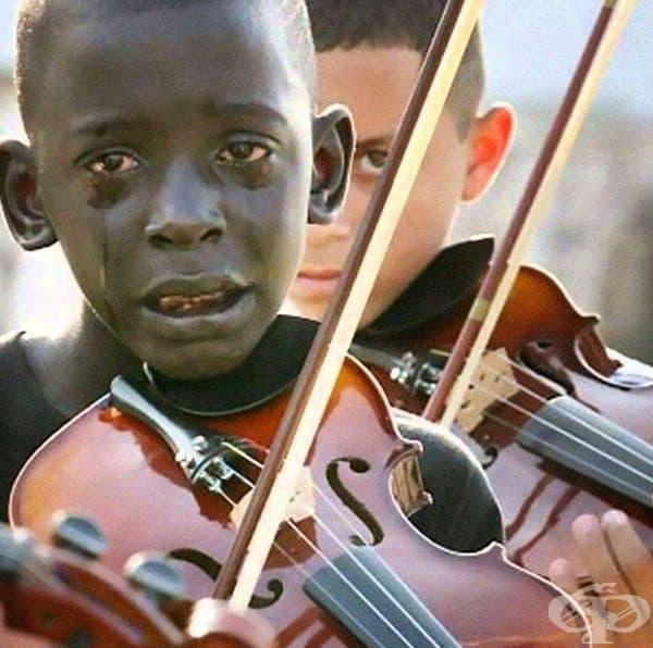 Това дете свири на цигулка на погребението на преподавателя си.