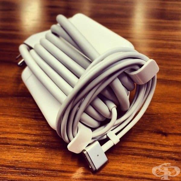 Зарядните устройства на iPhone имат удобни куки, така че да увиете кабела.