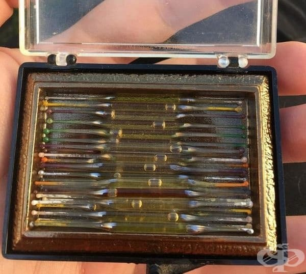 Това са малки стъклени пръчици с парфюм. Днес са известни като тестери.