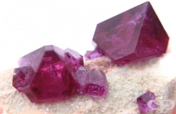5. Тафеит - 20,000 $ за грам или  4,000 $ за карат. Скъпоценен камък с виолетов, розов, червен или бял цвят. Той е милион пъти по-рядък от диамантите, което го прави легендарен. Въпреки уникалността си обаче, не е много популярен в света на бижутата.